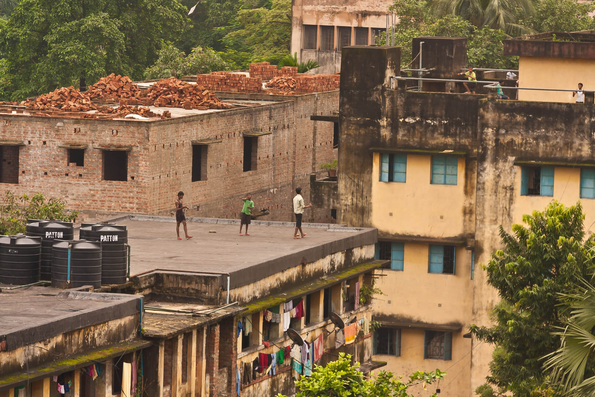 Kids playing on the Roof | Streetfotografie in Kalkutta