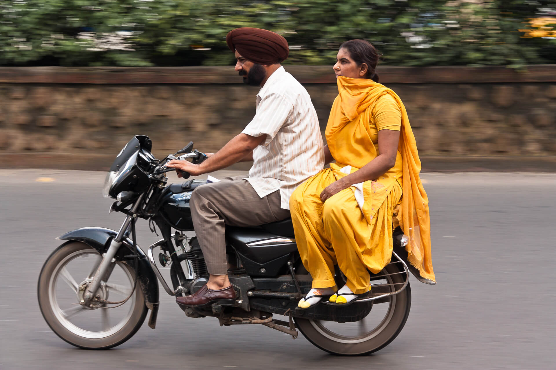 Sikh, Wife and Motorcycle | Streetfotografie in Kalkutta