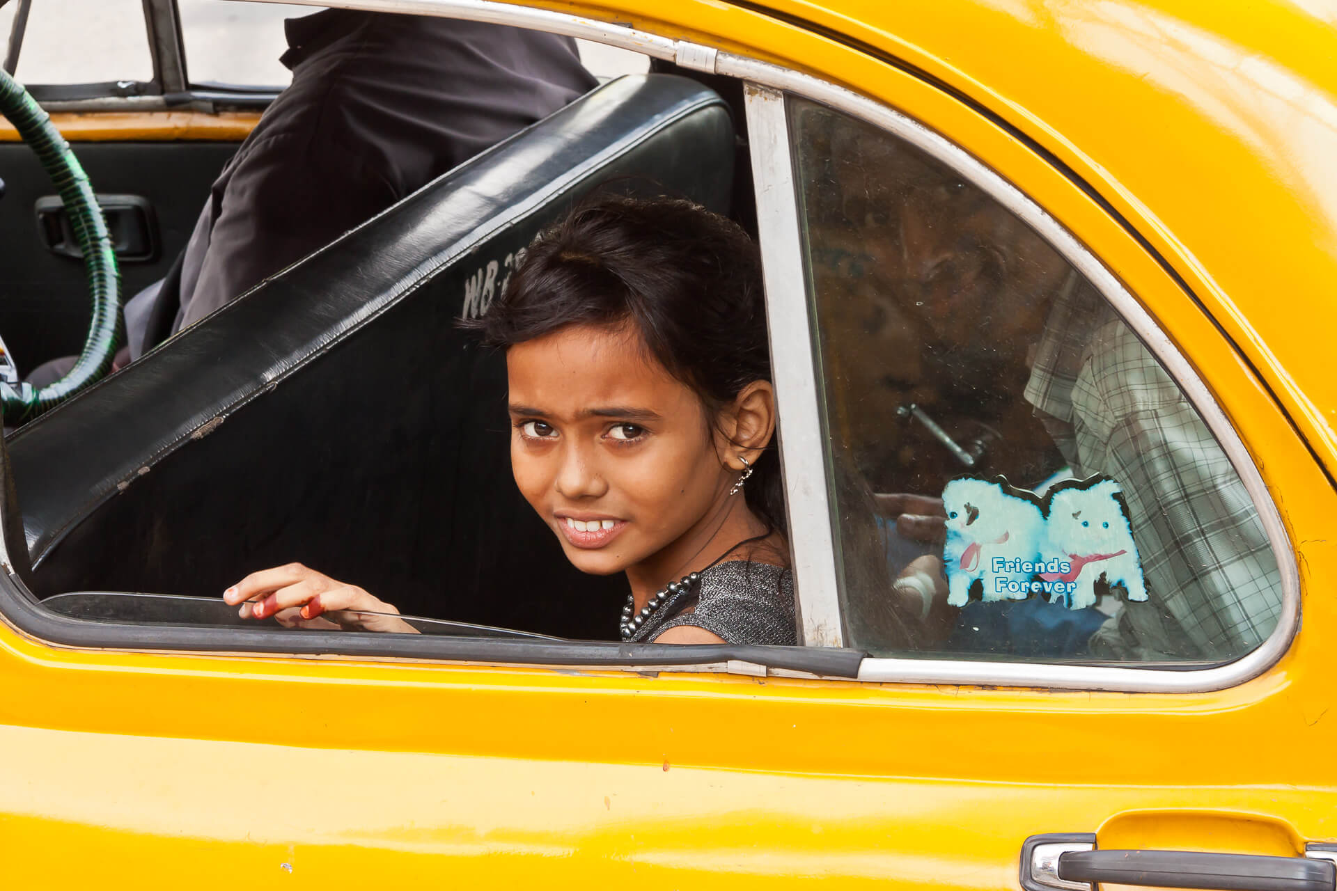 Girl in Cab I | Streetfotografie in Kalkutta