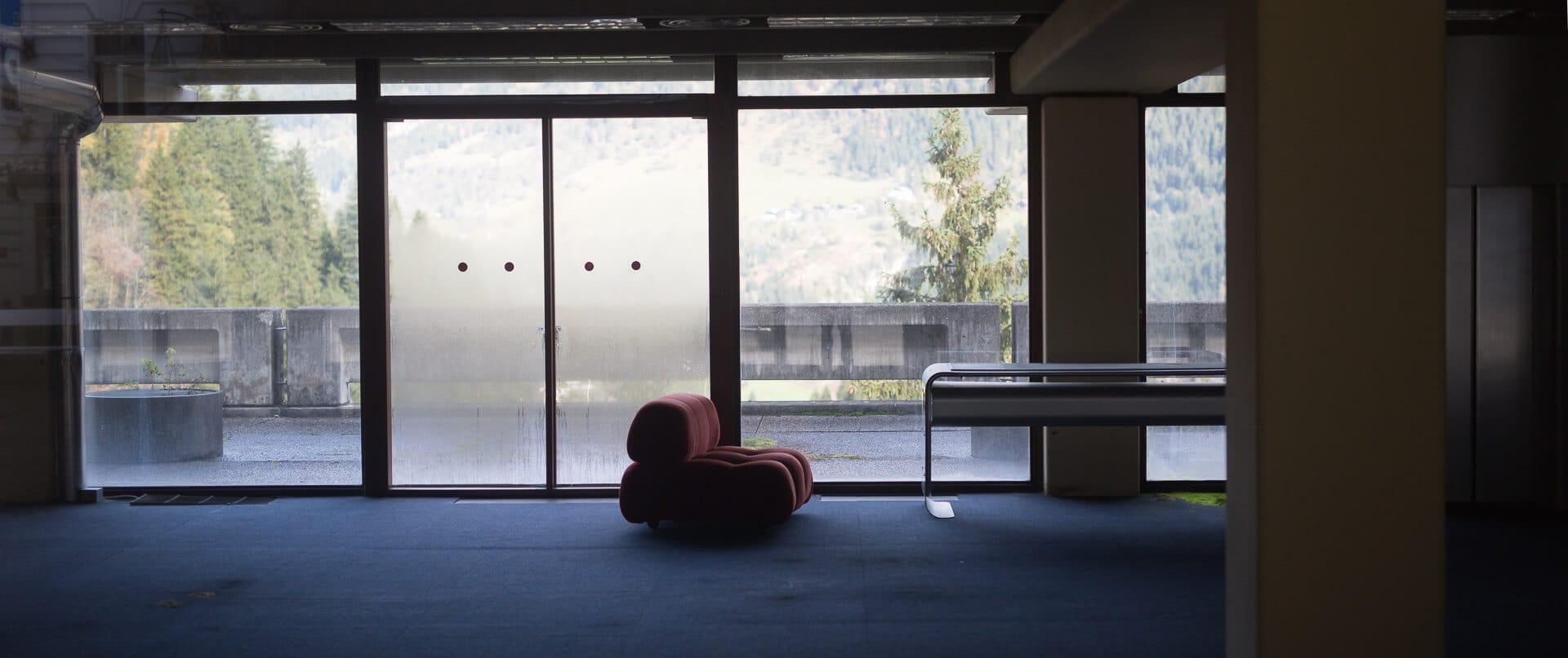 Stillleben - Christian Weber Photo   München - Rotes Sofa im Kongresscenter Bad Gastein